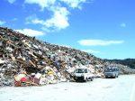 瓦礫の山となった吉里吉里海岸
