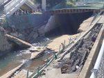 破壊された川塀