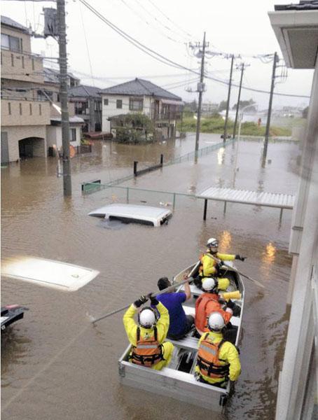 水害でボートで非難
